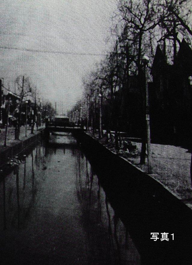 昭和20(1945)年頃の鶴土手橋(ロイヤル・イトーヨーカドー角の交差点)から撮影した写真''