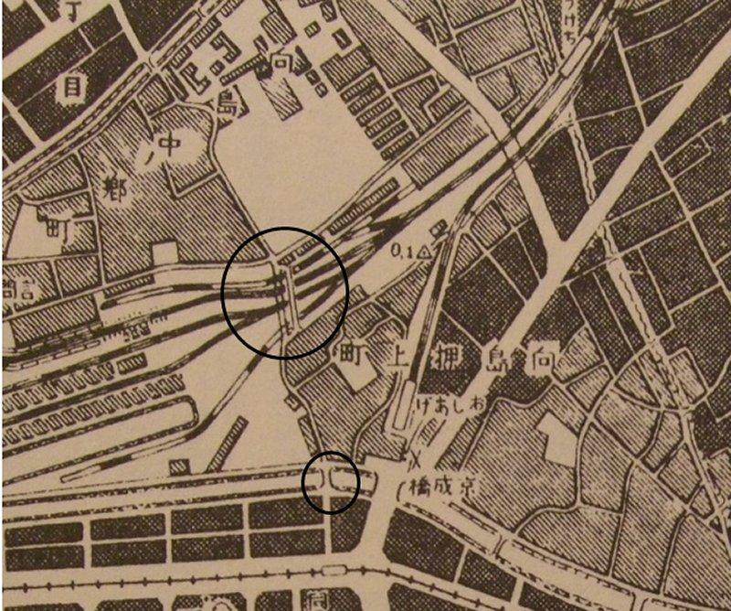1号踏切と隣接して跨線橋(大○印の中)が、また京成橋に隣接して押上橋(小〇印)''