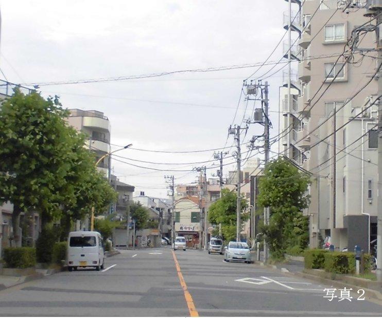 小梅通りの東端は行き止まりの様。通行する車より駐車する車の方が多い。''